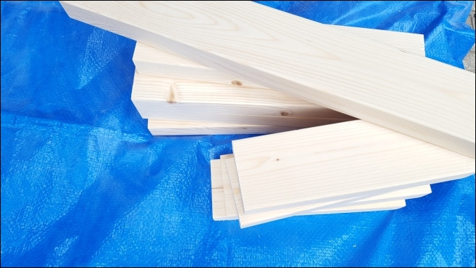 材料の木材をサンドペーパーで研磨