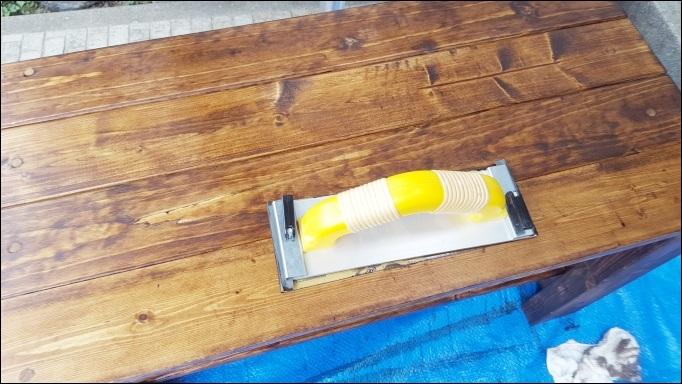 塗り終わりすぐに耐水ヤスリで磨く