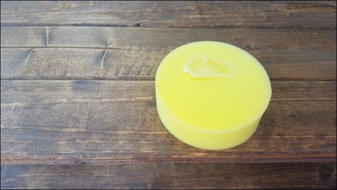 スプーンでワックスをすくってスポンジに塗りつける