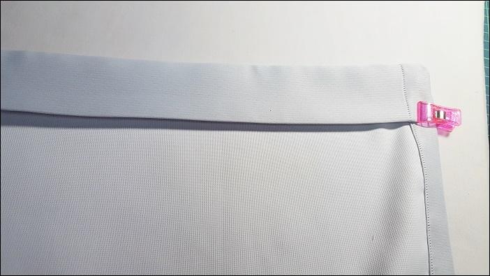 カフェカーテン自作の手順 丈の調節 先ほど縫い合わせた頭の部分に突っ張り棒を入れて、一度窓枠にはめ込んで丈を合わせていきます。後は、1.5㎝に折り、更に5cmに折り返します