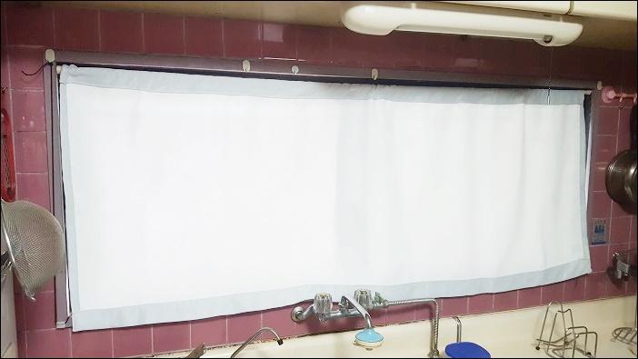 カフェカーテン自作の手順 仕上げ 出来上がったカーテンに突っ張り棒を通し、窓枠にはめ込む