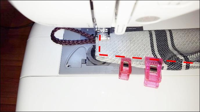 基本のカーテンタッセルの作り方 点線の部分を縫い合わせていきますが、注意点は、タッセルリングが抜けないようにしっかりと縫い合わせます。