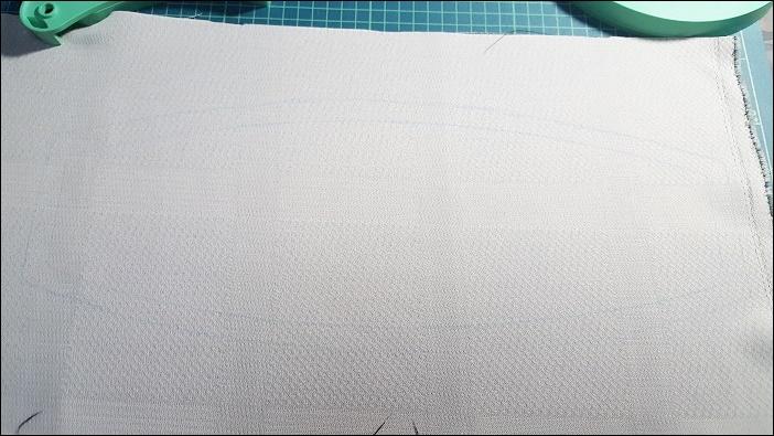 基本のカーテンタッセルの作り方 型紙に沿って書いた線の外1~1.5㎝くらいを縫い代分として、チャコペンで描いてく