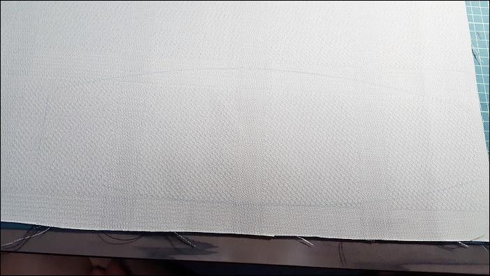 基本のカーテンタッセルの作り方 カーテン作成後に余ったハギレにカットした型紙を乗せて、チャコペンで型を書いていく