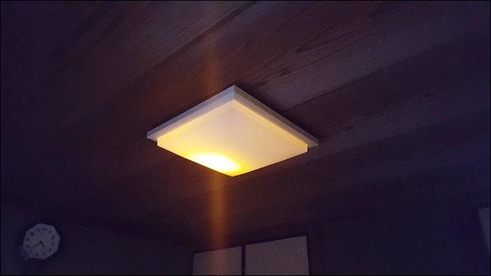 部屋の照明をペンダントライトからLEDシーリングライトに交換する方法