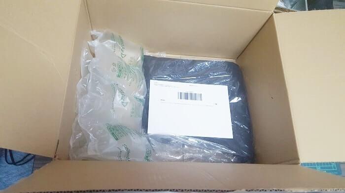 Amazonでファッションカテゴリの返品 返送する商品と「返品受付ID」をダンボールに入れる