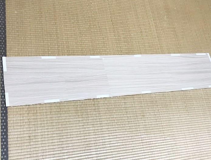 両面テープを使い欄間(らんま)に貼りつける